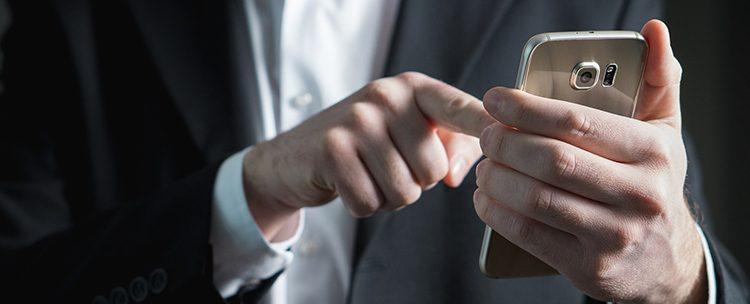 biznesmen z telefonem Dual Sim