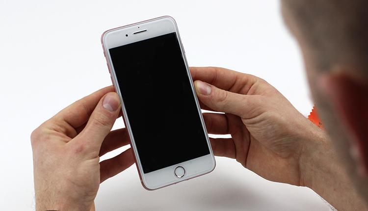 jak założyć folię ochronną na telefon - krok jedenasty