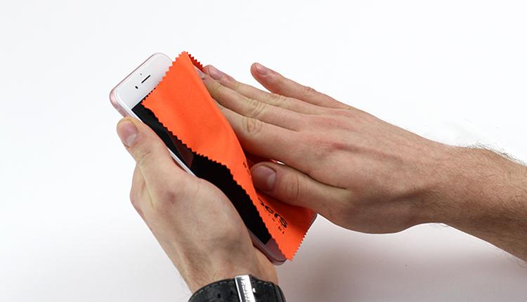 jak założyć folię ochronną na telefon - krok drugi