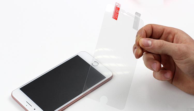 jak założyć folię ochronną na telefon - krok trzeci