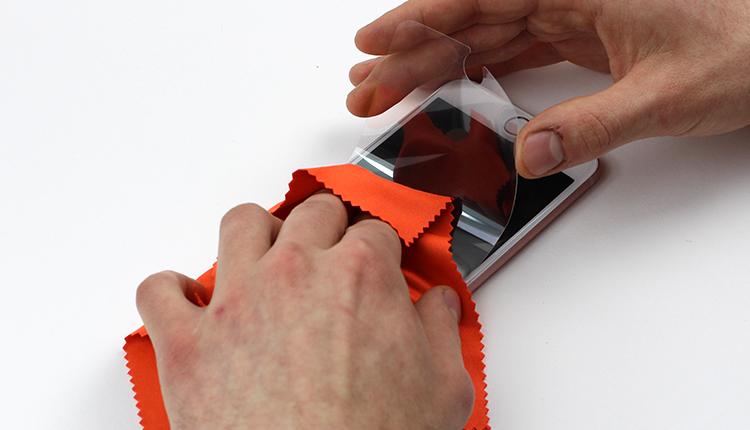 jak założyć folię ochronną na telefon - krok siódmy