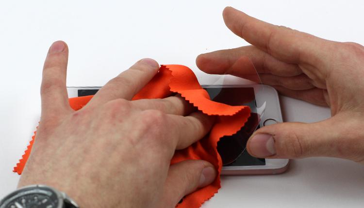 jak założyć folię ochronną na telefon - krok ósmy