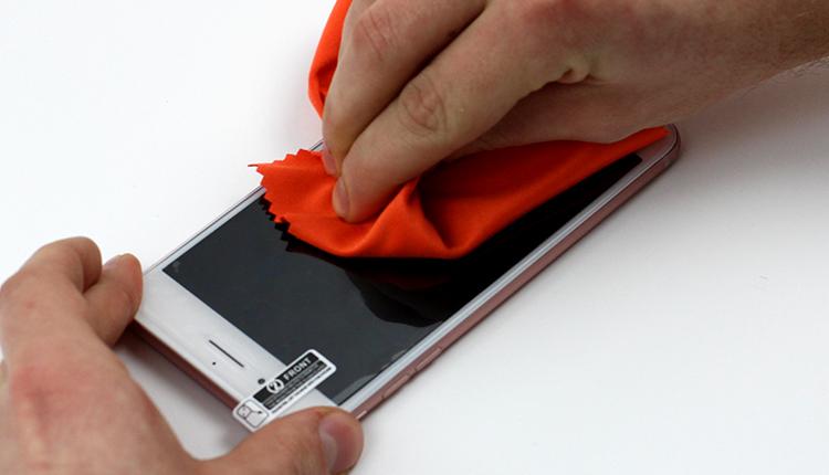jak założyć folię ochronną na telefon - krok dziewiąty
